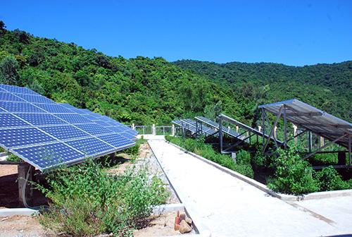 Dù có trạm phát điện hỗn hợp pin mặt trời - diezel, nhiều gia đình ở Bãi Hương (CLC) phải mua thêm máy phát điện mới đủ điện dùng cho sinh hoạt.