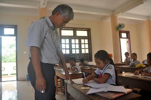 Thầy Lê Bá Sang đang hướng dẫn học sinh lớp 4 thực hiện phép toán đố.