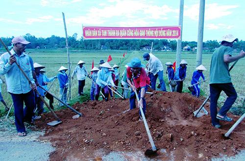 Nhân dân xã Tam Thành đang tích cực tham gia bê tông hóa giao thông nội đồng.