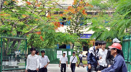 Trường THPT Phan Bội Châu có đến một nửa là học sinh vùng ven. Ảnh: X.PHÚ