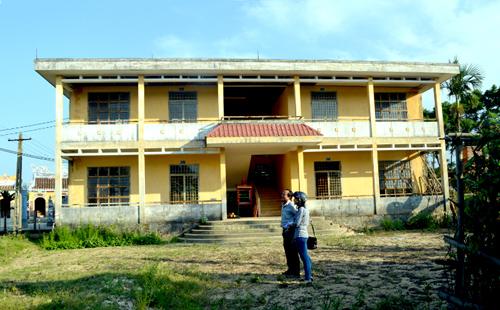 Ngôi trường tiểu học trong làng phải đóng cửa bỏ hoang do không có học sinh.