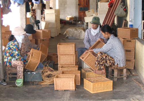 Ngành mây tre đan giải quyết việc làm cho nhiều phụ nữ  ở các vùng nông thôn.