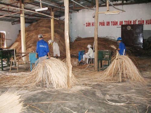 Thanh niên đồng bào thiểu số xã Phước Xuân sơ chế nguyên liệu mây tre đan. Ảnh: Đ.H