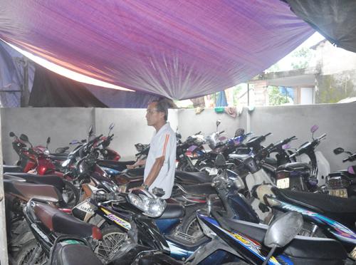 Hộ ông Nguyễn Tấn Bình làm đơn khiếu nại gửi UBND TP.Tam Kỳ khi hộ ông Anh xây dựng nhà giữ xe trái phép trên diện tích đất của hộ ông.Ảnh: H.G