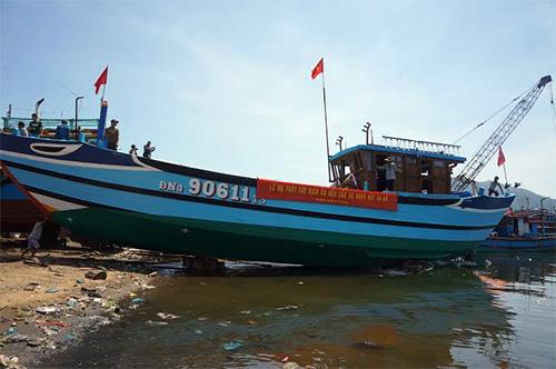 Tàu Hậu cần nghề cá ĐNa 90611-TS đang được hạ thủy.