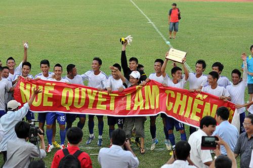 Niềm vui của các cầu thủ đội Huế sau khi giành quyền lên hạng nhất tại vòng chung kết giải hạng nhì năm 2013