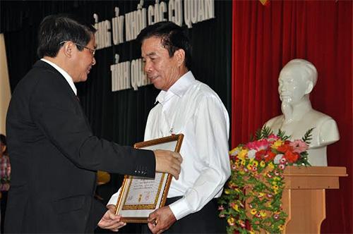 Bí thư Tỉnh ủy Nguyễn Đức Hải trao huy hiệu 50 năm tuổi Đảng cho đồng chí Đỗ Xuân Phùng, sinh hoạt tại Chi bộ Hội CCB tỉnh.
