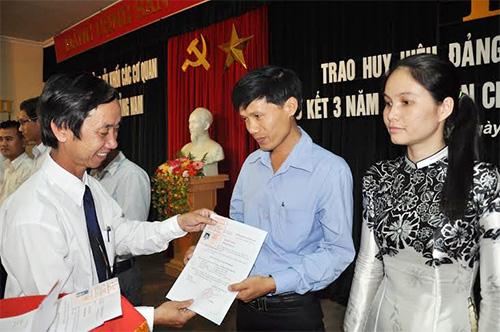 Bí thư Đảng ủy Khối cơ quan tỉnh Võ Hồng trao thẻ Đảng viên cho các đảng viên.