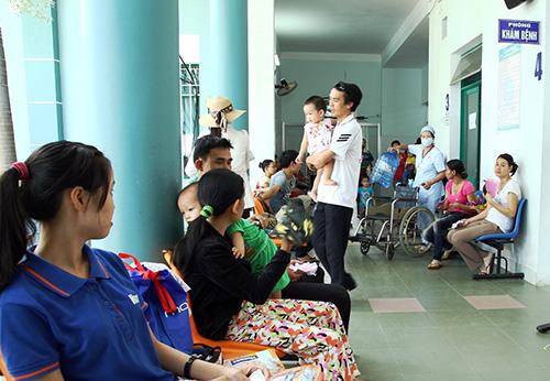 Bệnh nhi đến khám và điều trị bệnh tăng đột biến do trời nắng nóng.