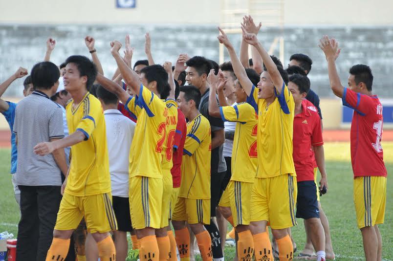 Niềm vui của các cầu thủ Nam Định sau khi giành quyền thăng hạng Nhất.