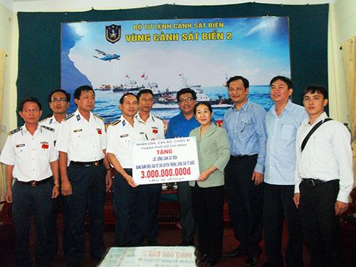 Đoàn công tác TP.HCM trao 3 tỷ đồng cho Vùng Cảnh sát biển 2 vào chiều ngày 17.5.