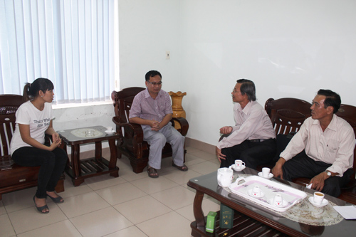 Leaders of Quang Nam provincial Confederation of Labour visit a Chinese enterprise.