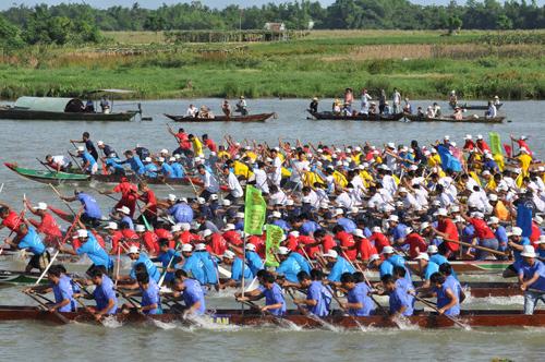 Sự cạnh tranh quyết liệt của các thuyền đua nam. Ảnh: T.VY