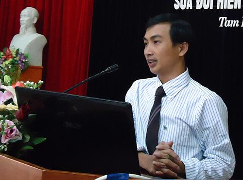 Trưởng phòng Tư pháp TP.Tam Kỳ - Nguyễn Hồng Lai trong một buổi tuyên truyền pháp luật.