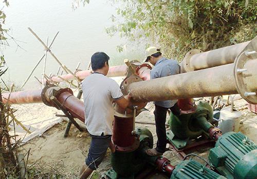 Lắp đặt 2 máy bơm chống hạn tại thôn Thu Bồn Tây (Duy Tân, Duy Xuyên).Ảnh: N.S