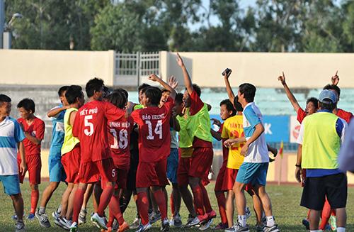 Niềm vui lần đầu tiên thăng hạng nhất của các cầu thủ Bình Phước
