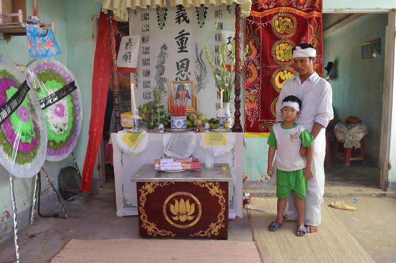 Cha con anh Trần Văn Tần thẩn thờ bên bàn thờ chị Thủy.