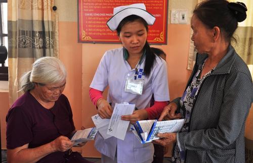 Nhân viên Bệnh viện Thái Bình Dương tận tình hướng dẫn khi NCT đến khám bệnh. Ảnh: VINH ANH