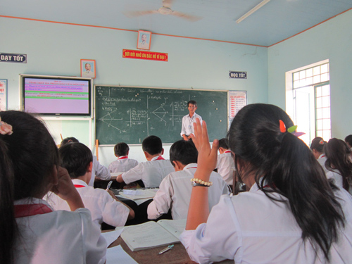 Thầy Nguyễn Hữu Hùng, GV trường THCS Trần Quý Cáp (Thăng Bình) trong giờ thao giảng tại Hội thi GV dạy giỏi huyện Thăng Bình lần thứ II. Ảnh: Đ.N.N
