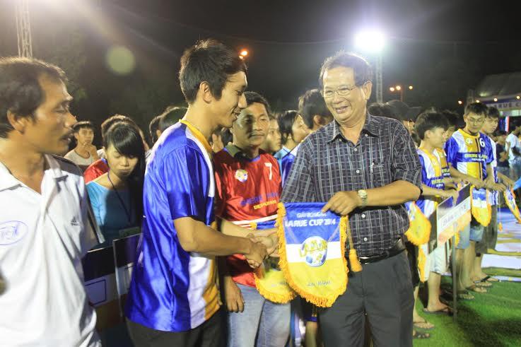 Ông Lê Nguyên Hồng – Trưởng Ban bóng đá phong trào chúc mừng các các đội bóng tham dự Larue Cúp 2014 tại Quảng Nam