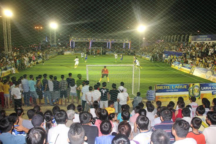 Rất đông khán giả đến xem, cổ vũ trong đêm khai mạc.