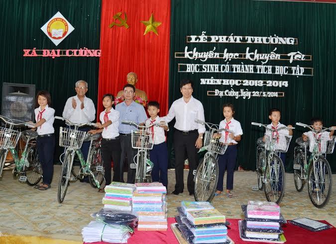 Nhiều phần quà được trao tặng cho học sinh xã Đại Cường