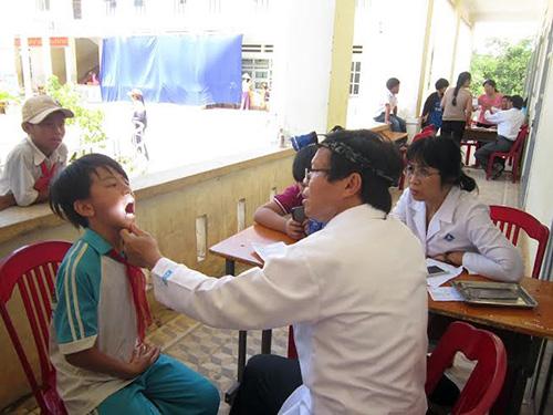Khám răng cho học sinh tại trường THCS Chu Văn An.