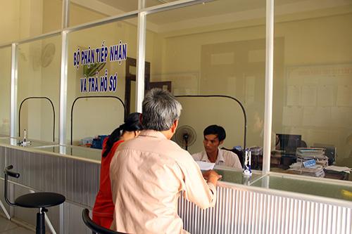Người dân rất tin tưởng vảo cán bộ một cửa được Huyện đào tạo để giải quyết công việc cho nhân dân.