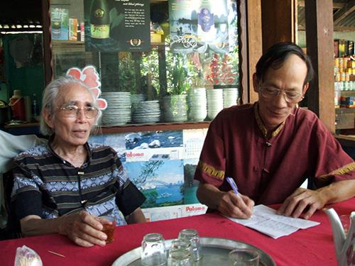 Nhạc sĩ Phan Huỳnh Điểu (trái) trò chuyện với người hâm mộ Quảng Nam.