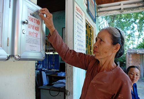 Người dân ủng hộ bỏ tiền vào thùng từ thiện khi đến khám chữa bệnh ở Trạm Y tế xã Tam Tiến.