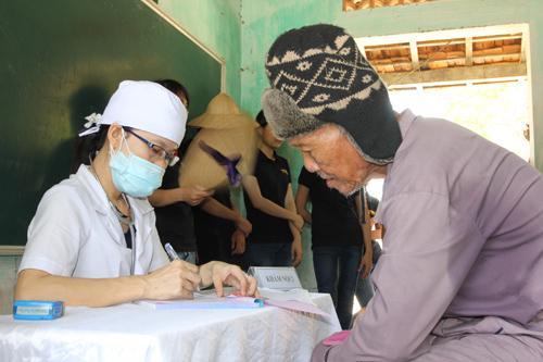 Quyền lợi khám chữa bệnh của người dân cần được bảo đảm khi tham gia BHYT. Ảnh: T.A