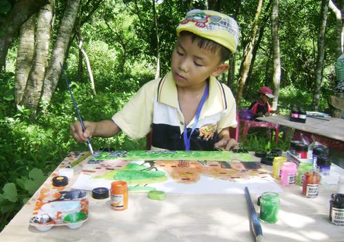 Hoạt động ngoại khóa như nặn tượng, vẽ tranh… giúp học sinh Duy Xuyên hiểu hơn về Di sản văn hóa thế giới Mỹ Sơn. Ảnh: VĨNH LỘC