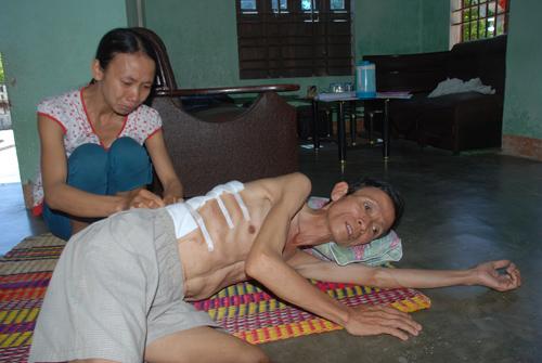 Gia đình ông Trần Công Sáu khánh kiệt vì cả vợ chồng cùng bệnh tật.