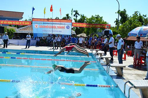 Các VĐV tranh tài nội dung chung kết 50m ếch nữ.