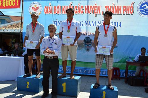 Trao huy chương cho các VĐV đạt thành tích cao nhất nội dung 50m ếch nam.
