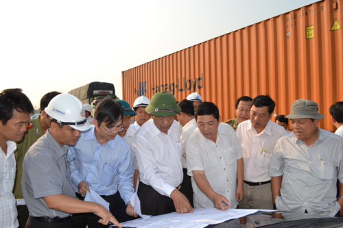 Phó Chủ tịch Đinh Văn Thu kiểm tra thực địa GPMB qua Núi Thành. Ảnh: S.C