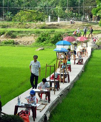 Thí sinh nhóm tiểu học hòa mình vào thiên nhiên tại làng cổ Lộc Yên. Ảnh: LÊ QUÂN
