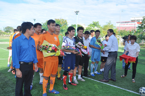 Ban tổ chức tặng hoa cho các đội bóng.