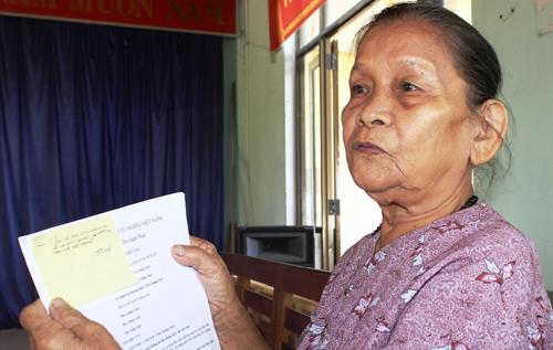 Bà Đoàn Thị Đài với xấp đơn kiện đòi quyền làm con. Ảnh: D.L