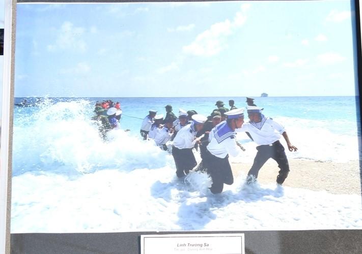 """Tác phẩm """"Lính Trường Sa"""" được trưng bày tại triển lãm."""