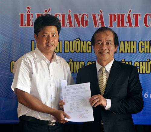 PGS.TS Phan Văn Hòa trao chứng chỉ ngoại ngữ A2 cho các học viên lớp tiếng Anh chất lượng cao của tỉnh.