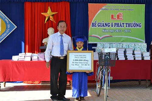 Trao thưởng cho học sinh đạt giải cao cấp huyện.
