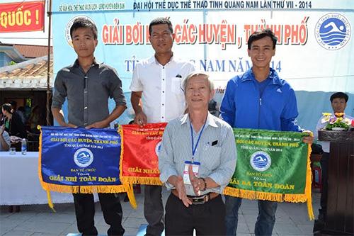 Phó Giám đốc Sở VH-TT&DL, ông Nguyễn Thành Tự trao huy chương cho các đoàn giành huy chương vàng, bạc và đồng.