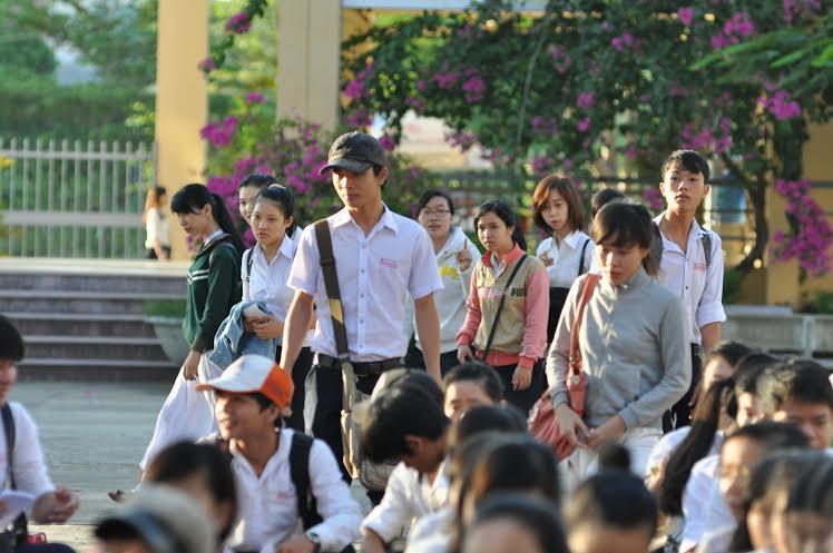 Nhiều thí sinh đến trường thi khi lễ khai mạc đang diễn ra.