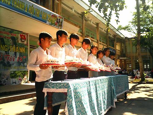 Những chiếc bánh chúc mừng học sinh lớp 12 trưởng thành.