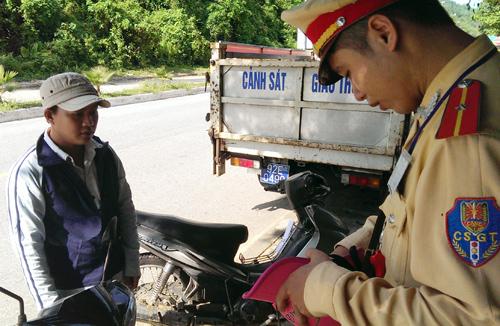Cảnh sát giao thông huyện Nam Giang tuyên truyền, tịch thu mũ không phải MBH. Ảnh: S.C