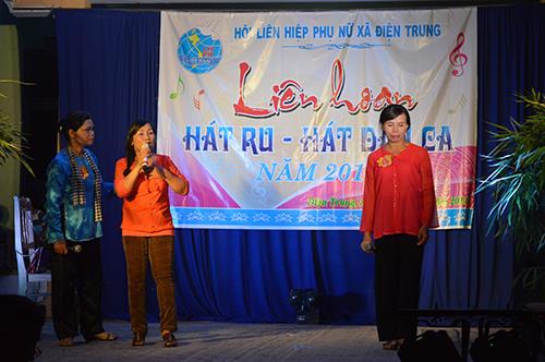 Liên hoan hát ru - hát dân ca ở các xã, thị trấn của huyện Điện Bàn nhận được sự tham gia hưởng ứng của các mẹ, các chị.  Ảnh: VĨNH LỘC