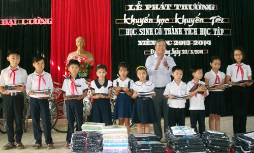 Trao thưởng khuyến học, khuyến tài năm học 2013 - 2014 ở xã Đại Cường.