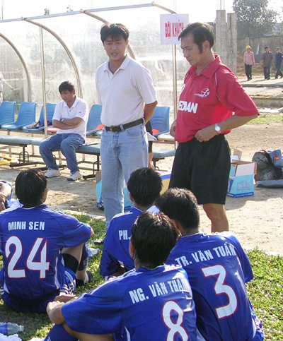 HLV Phạm Huỳnh Tam Lang (người đứng bên phải) khi còn dẫn dắt đội bóng hạng nhất  TP.Hồ Chí Minh thi  đấu  trên sân Tam Kỳ. Ảnh: A.NHI