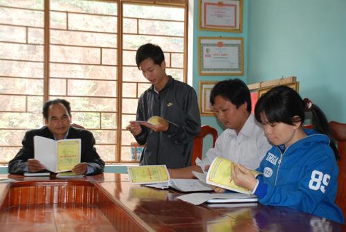 """Cán bộ, đảng viên huyện Đông Giang thực hiện kiểm điểm theo """"Sổ đăng ký làm theo gương Bác"""" trong sinh hoạt chi bộ định kỳ.  Ảnh: HÀN GIANG"""